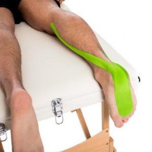 Medical Taping bei einem Muskelfaserriss in der Wade ...